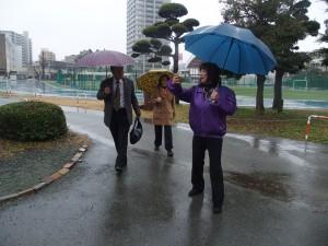 スタッフも雨の中、道案内