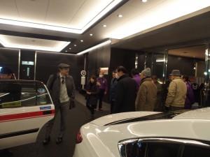校友も続々タクシーで花岡山へ