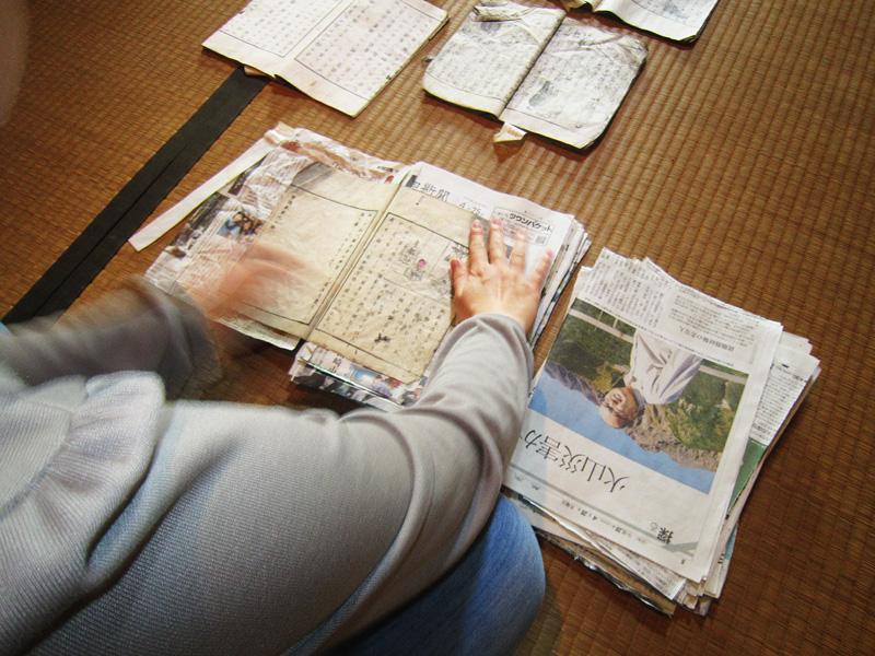 1ページ毎に新聞紙を挟み込む気の遠くなる作業